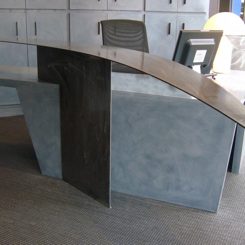 Banque d'accueil en métal réalisée par la Métallerie AMCI<br>