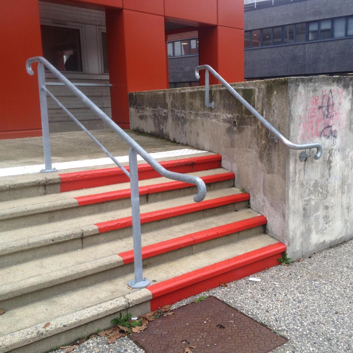 Rampe d'escalier et marquages aux normes PMR<br>