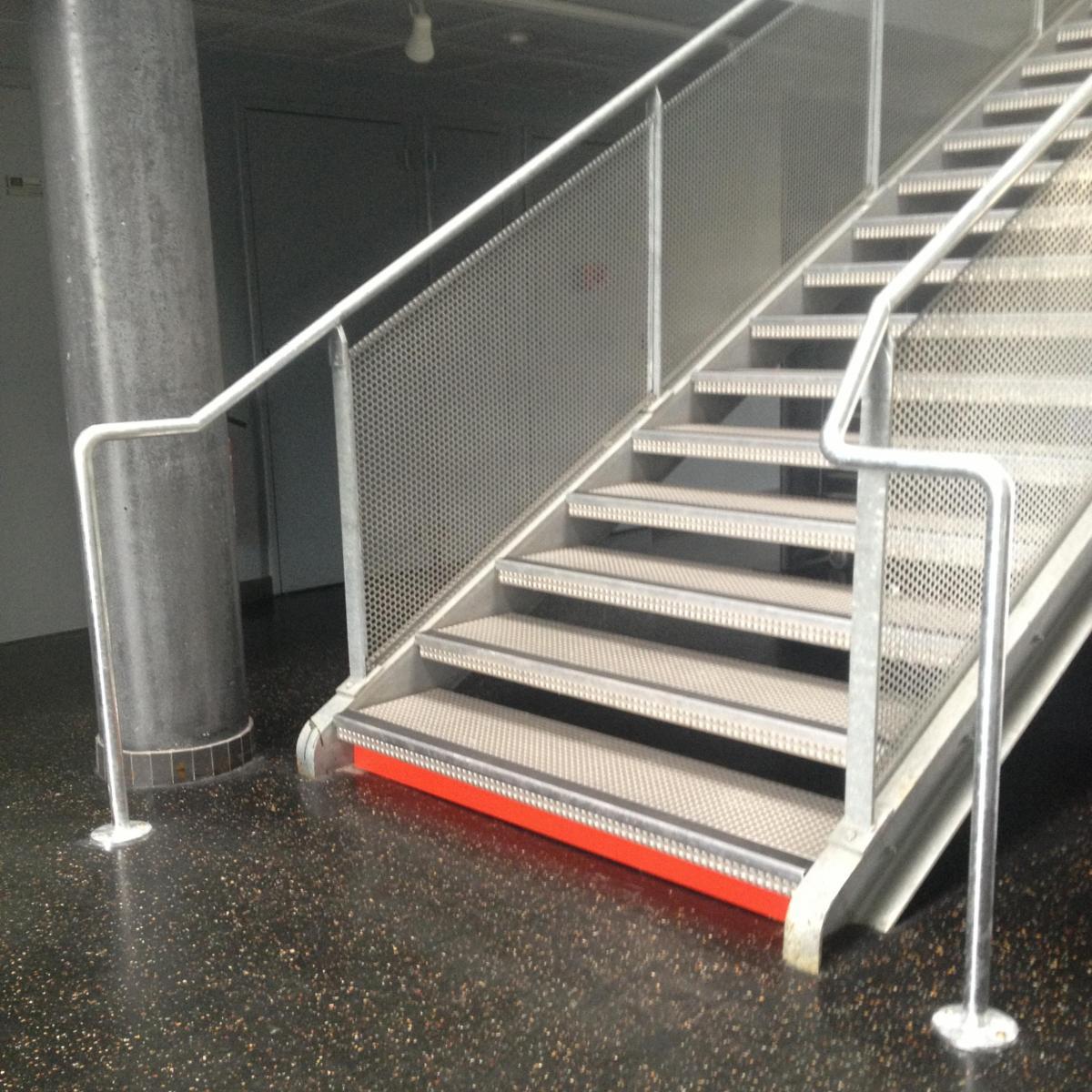 Escalier métallique avec rampe et marquage aux normes PMR<br>