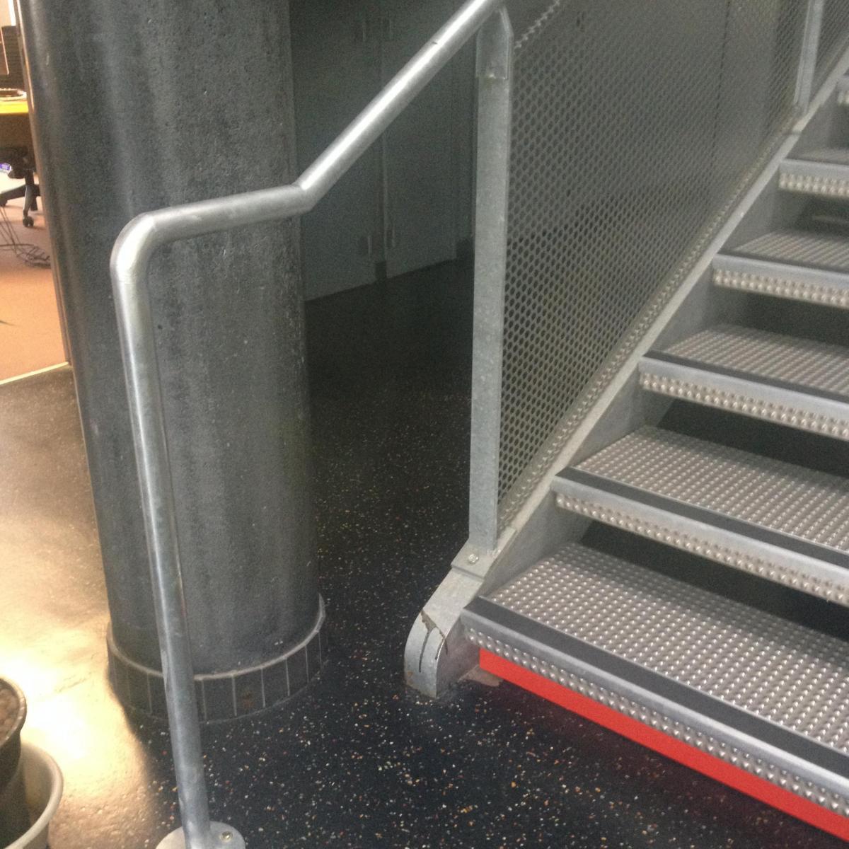 Rampe d'escalier et marquages aux normes PMR