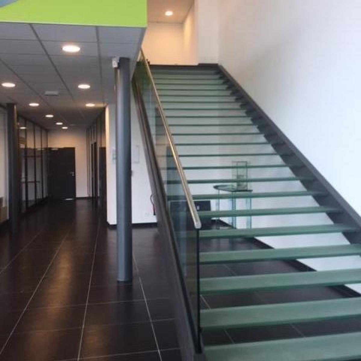 Escalier avec marche en verre