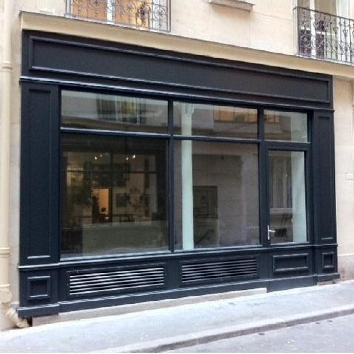 Vitrine acier avec habillage bois, installée rue de l'Opéra à Paris<br>