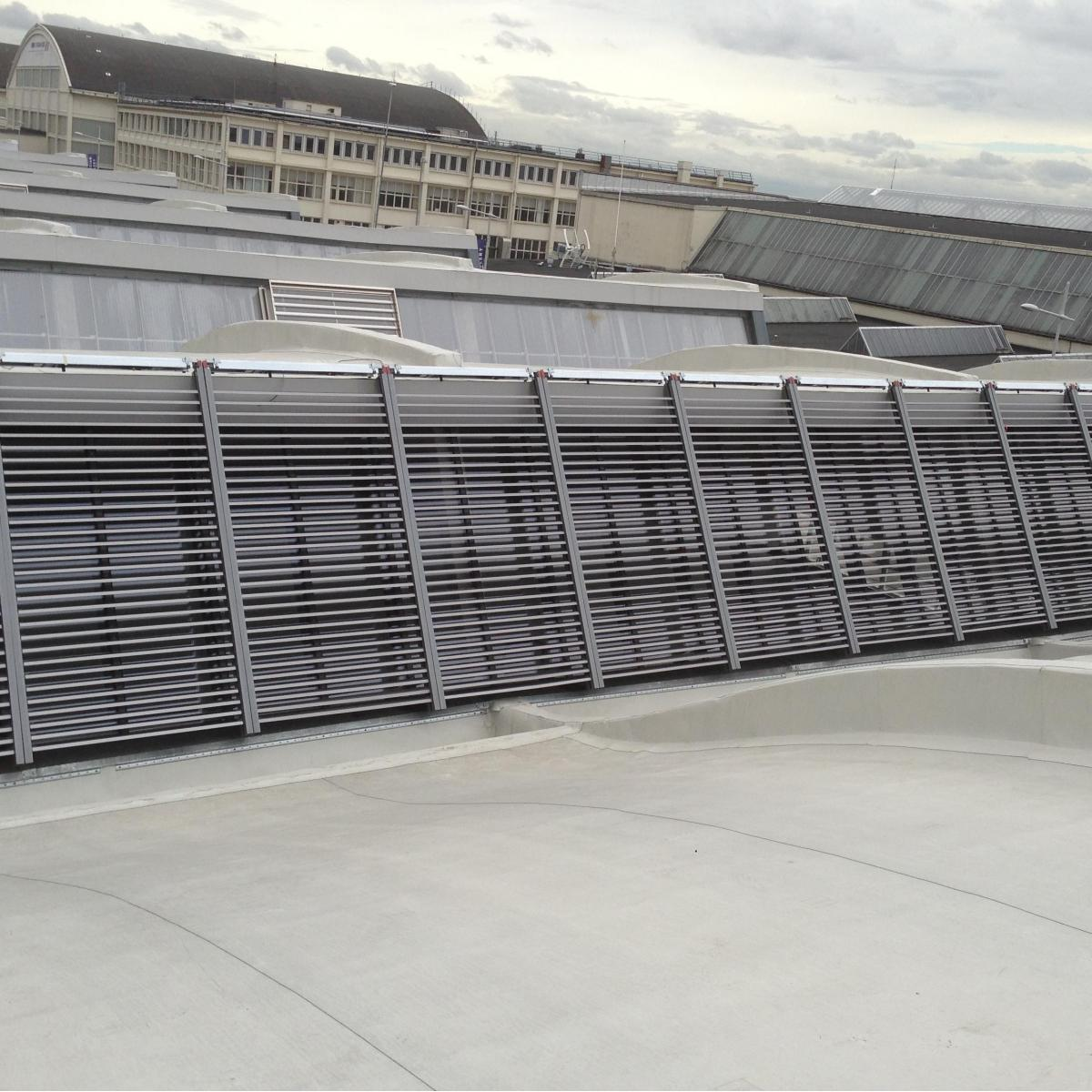 Volets installés sur le toit de la galerie Gagosian au Bourget<br>