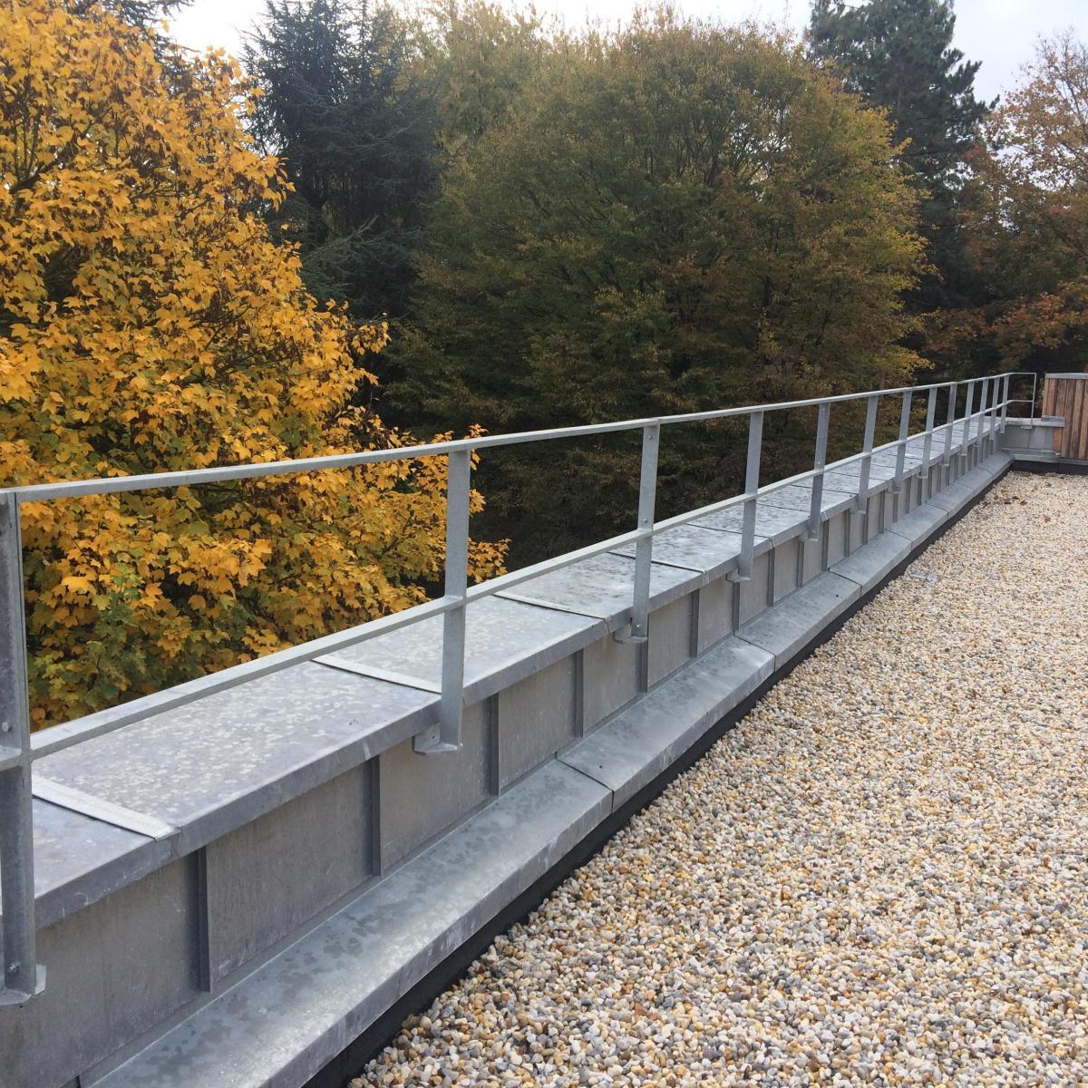 Garde-corps en acier galvanisé installé sur un toit terrasse