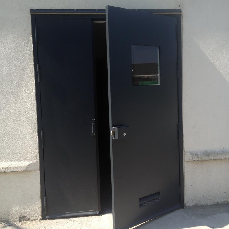 Porte de service métallique réalisée par la Métallerie AMCI<br>